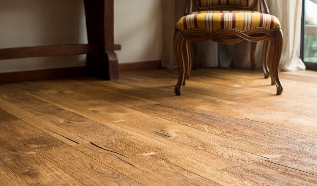 Het beitsen van een houten vloer onderhoud van parket